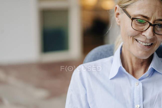 Imprenditrice guardando lontano — Foto stock
