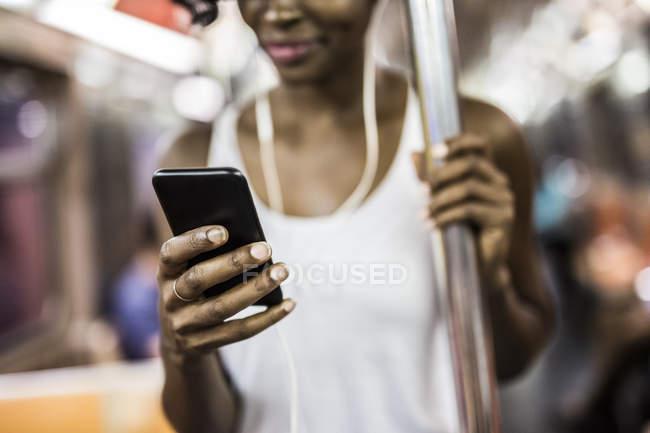Zugeschnittenen Porträt Frau mit Smartphone in u-Bahn — Stockfoto