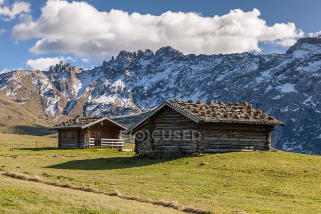 Italie, vue sur les cabanes sur le terrain et la montagne sur le fond, Italie — Photo de stock