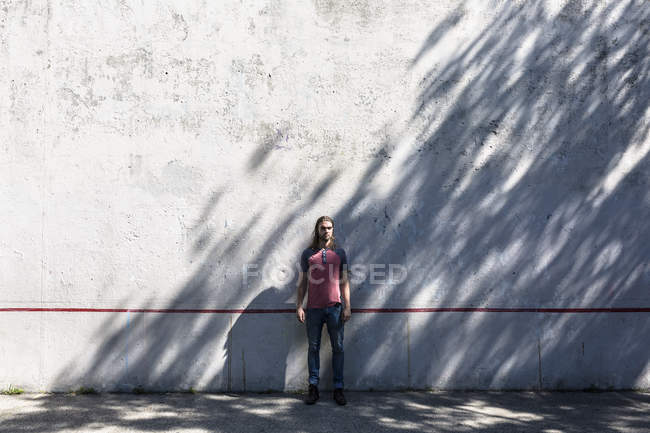 Portrait of mid adult man standing near wall — Stock Photo