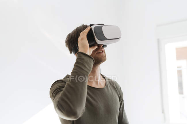 Homem usando óculos de realidade virtual — Fotografia de Stock