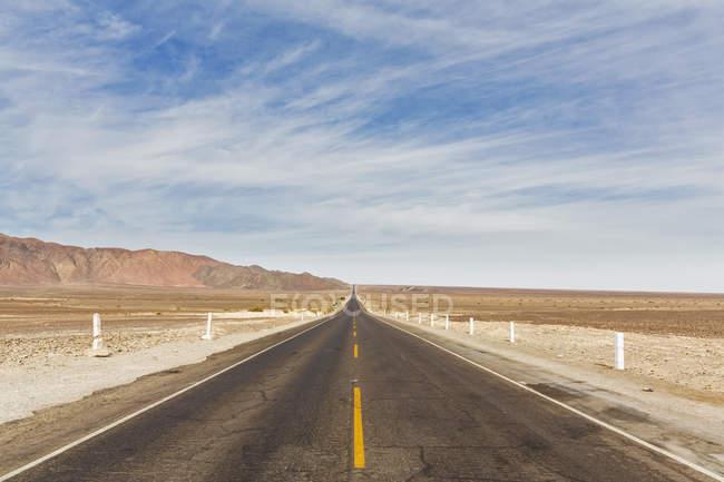 Sud America, Perù, Ande centrali, Provincia di Nazca, Ica Region, Nazca (Nasca), svuotare la strada nel deserto — Foto stock