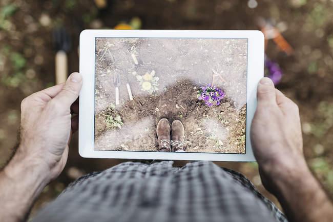 Людина, беручи фотографії з планшета — стокове фото