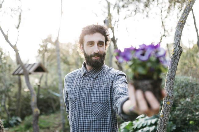 Gärtner mit Pflanze in der hand — Stockfoto