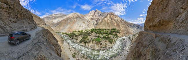 Peru, pitorescas montanhas dos Andes, Cordilheira Negra, paisagem com carro de estrada 3n — Fotografia de Stock