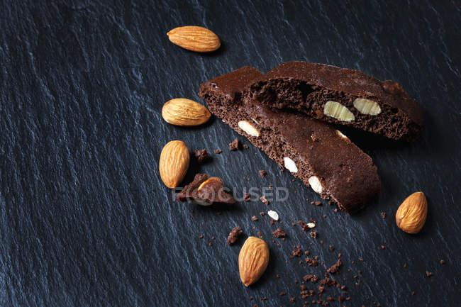 Biscuits au chocolat Cantuccini aux noix sur ardoise — Photo de stock