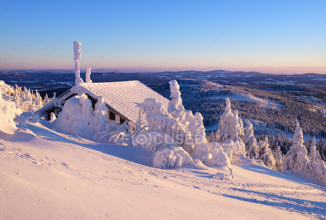 Allemagne, Bavière, forêt de Bavière dans la hutte de Zwiesel hiver, grand Arber, dans la soirée — Photo de stock