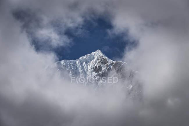 Vue des montagnes de neige sur les crêtes et les nuages — Photo de stock