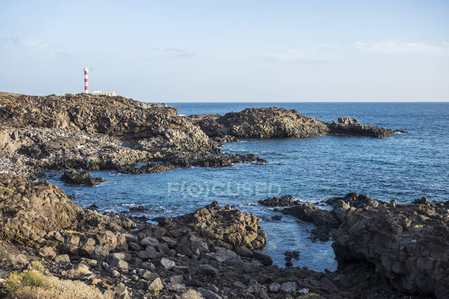 View of shore with stones and rocks against water during daytime, canary islands — Stock Photo