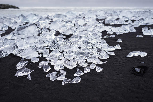Islandia, Jokulsarlon, Diamond Beach, hielo glaciar en la playa - foto de stock