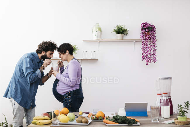 Paar trinken gesunde smoothie — Stockfoto