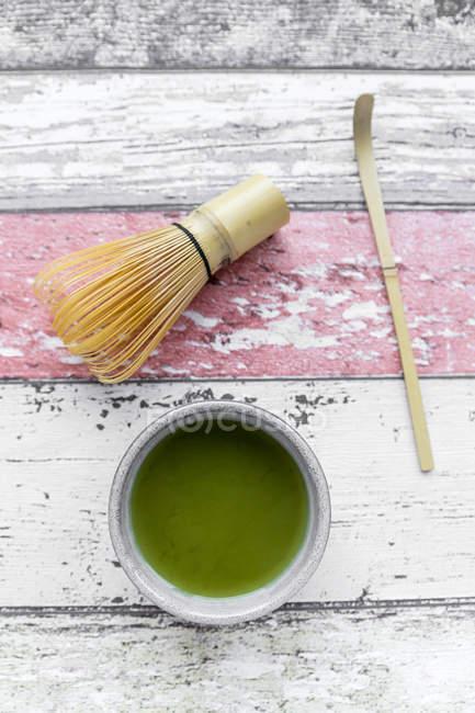 Чаші з готовими Matcha на пошарпаний дерев'яні поверхні — стокове фото