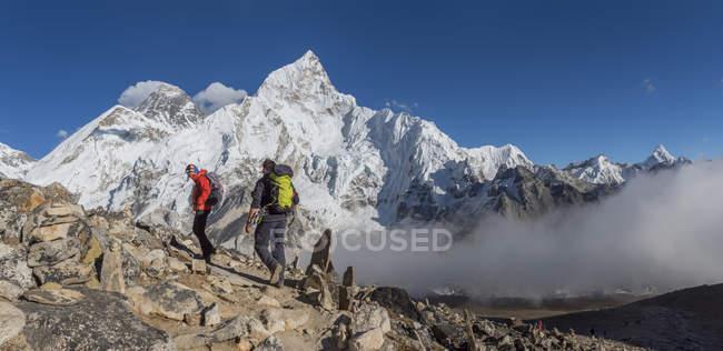 Nepal, Himalaya, Khumbu, Everest-Region. Wanderer gehen auf Felsen — Stockfoto