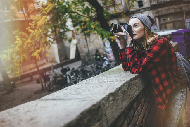 Spain, Catalonia, Barcelona,Young woman taking photos in the streets of the Gothic baroque of Barcelona. — Stock Photo