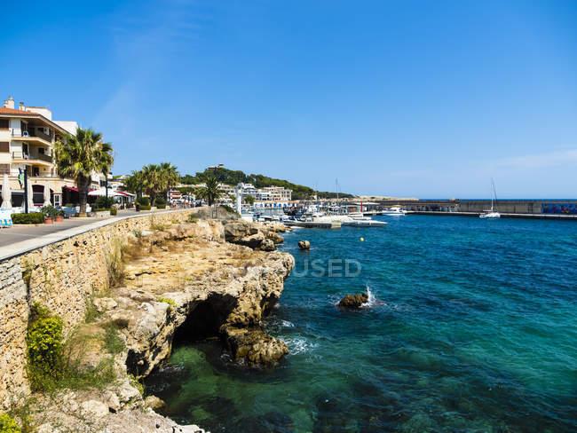 Spagna, Isole Baleari, Maiorca, Cala Ratjada città e baia — Foto stock