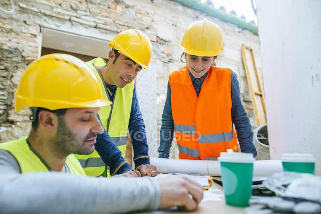 Группа работников говорит о проекте . — стоковое фото