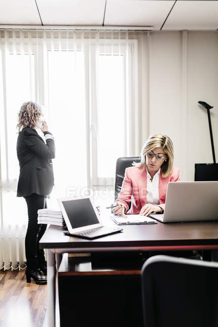 Two confidend businesswomen working in office — Stock Photo