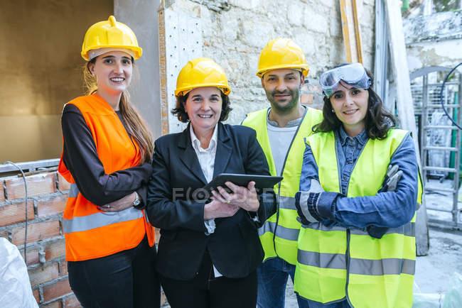 Група робітників роботи, постановка на камеру. — стокове фото