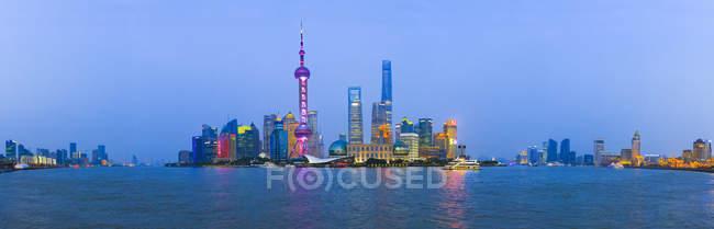 Панорамний вид на міський пейзаж Шанхаї в сутінки з відомих Східна телевізор перлина, Китай — стокове фото