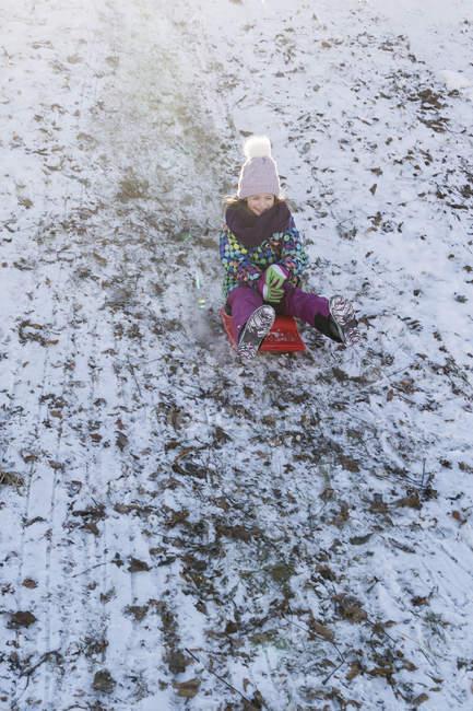 Giovane ragazza caucasica sveglia che ha divertimento nella neve di inverno — Foto stock