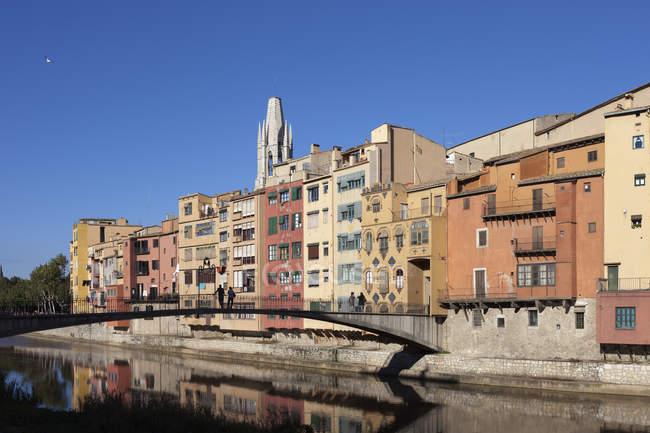 Spain, Catalonia, Girona, historic houses and Gomez Bridge on Onyar River in Barri Vell (old quarter) — Stock Photo