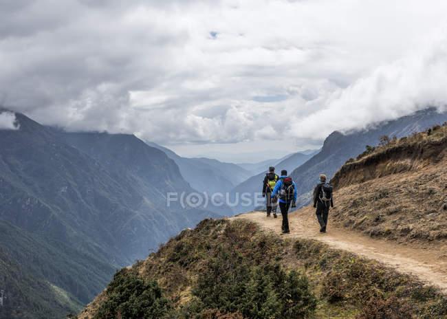 Khumbu de Nepal, Himalaya, región del Everest. Excursionistas a pie por sendero - foto de stock