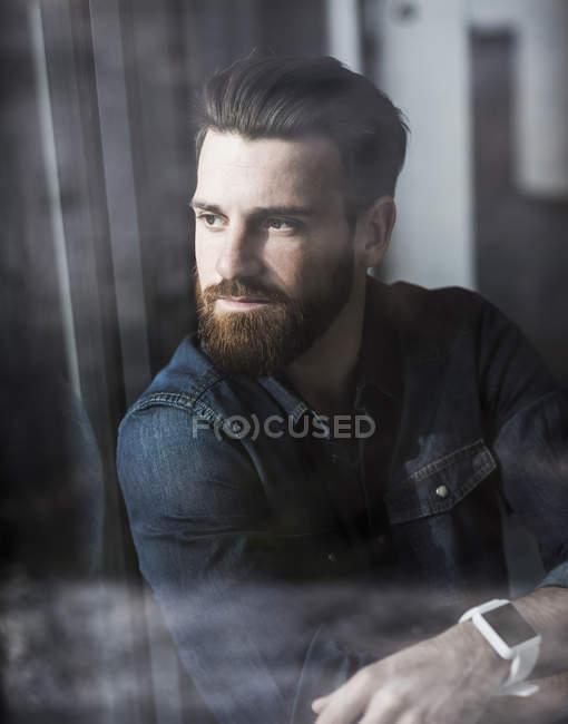 Retrato de jovem empresário olhando para o lado — Fotografia de Stock