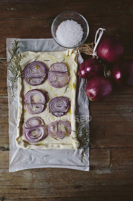 Сырой Фокачча с луком — стоковое фото