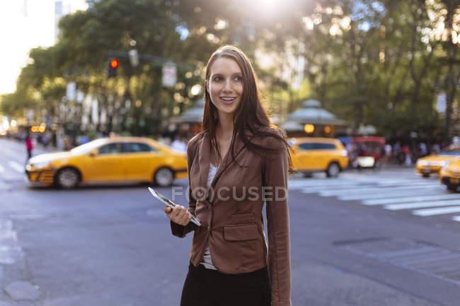 Junge Geschäftsfrau in der Manhattan Street. New York City. uns — Stockfoto