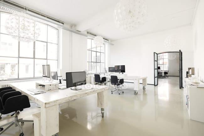 Інтер'єр офісу сучасних агентство з меблями — стокове фото