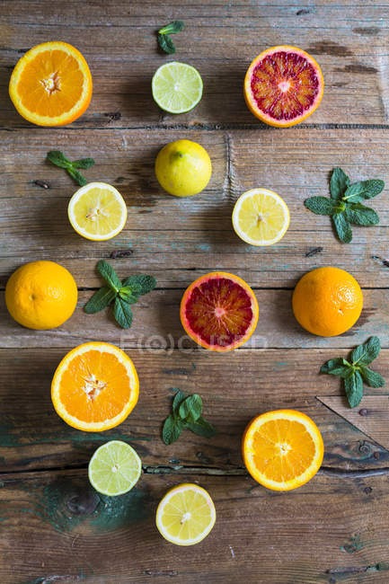 Top view of sliced citrus fruits with mint leaves — Stock Photo