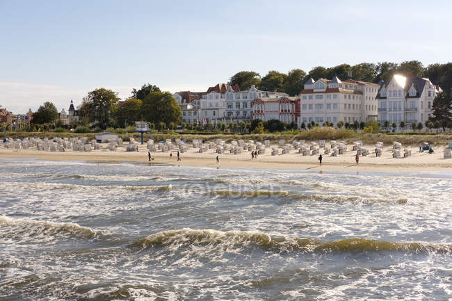 Вигляд хвилястої води моря від піщаного пляжу в денний час, узбережжі Балтійського моря — стокове фото