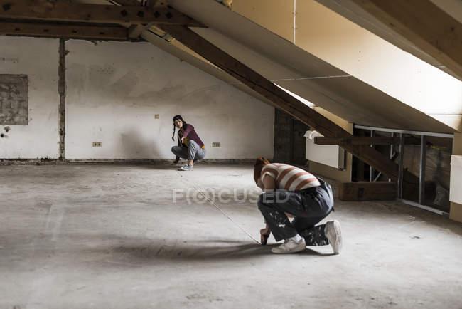 Porträt des jungen Paar Messung Dachgeschoss — Stockfoto
