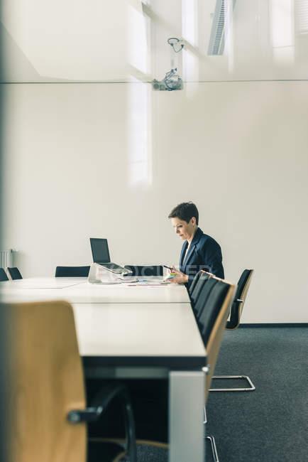 Retrato de empresaria madura en la mesa de conferencias - foto de stock