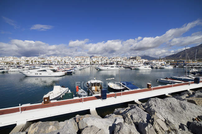 España, Andalucía, Marbella, Puerto Banus marina, resort en Costa del Sol en el mar Mediterráneo - foto de stock
