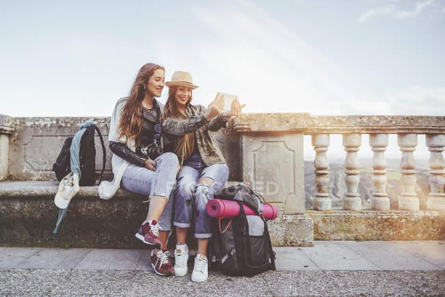 Jeunes femmes prenant un selfie avec une tablette lors d'un voyage — Photo de stock