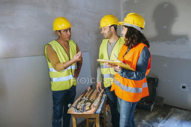 Двома працівники говорити про гроші бос. — стокове фото
