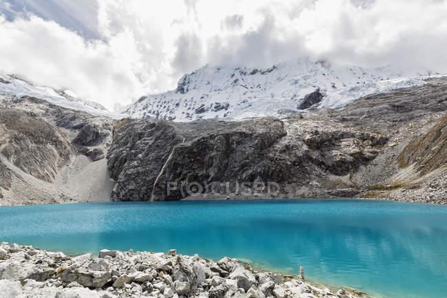 Peru, Andes, Cordilheira Blanca, Parque Nacional de Huascarán, Laguna 69 e Nevado Chacraraju — Fotografia de Stock