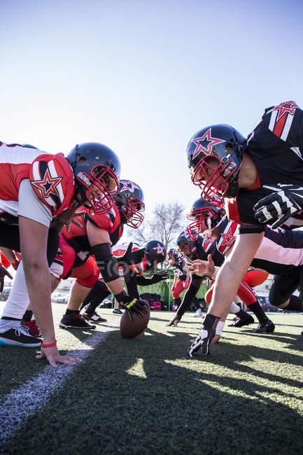 Jogadores de futebol americano na linha de scrimmage durante um jogo — Fotografia de Stock