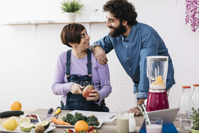 Couple preparing healthy smoothie — Stock Photo