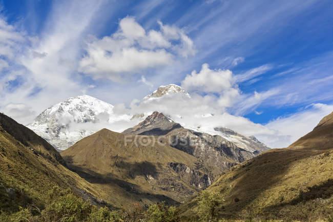 Южная Америка, Перу, Анд, Национальный парк Уаскаран, пейзаж горы Кордильера бланка — стоковое фото