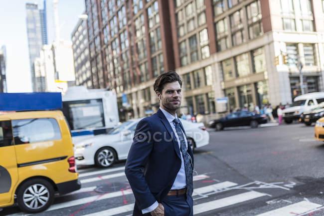 Портрет бізнесмен, йдучи на жвавій вулиці — стокове фото