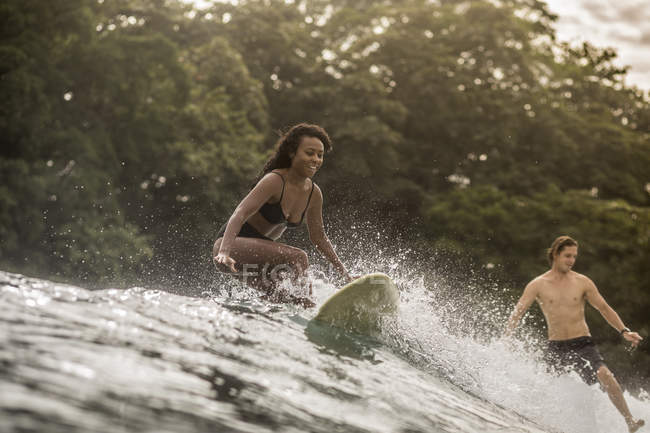 Indonesia, Giava, felice donna e uomo surf — Foto stock