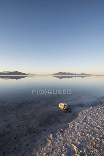 Vie leeren Sandstrand und Hügel im Hintergrund, Utah, usa — Stockfoto