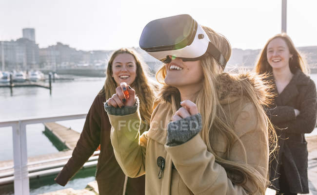Gijin, Астурія, Іспанія, молоді жінки, використовуючи Vr окуляри на відкритому повітрі — стокове фото
