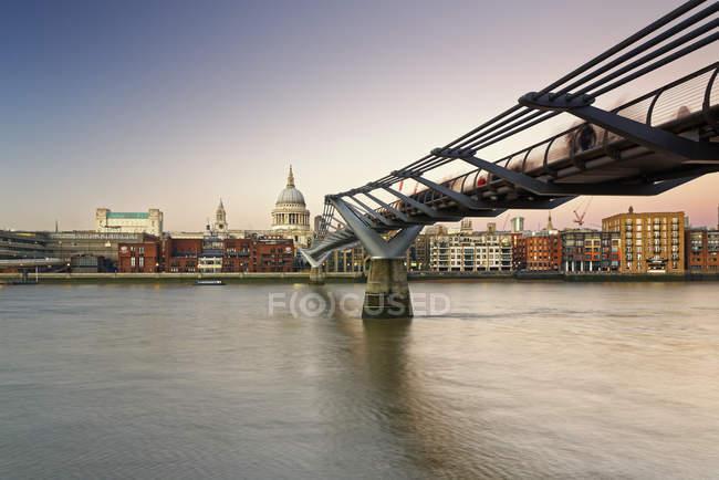 Catedral de puente del Milenio und St Paul, Londres, Inglaterra - foto de stock