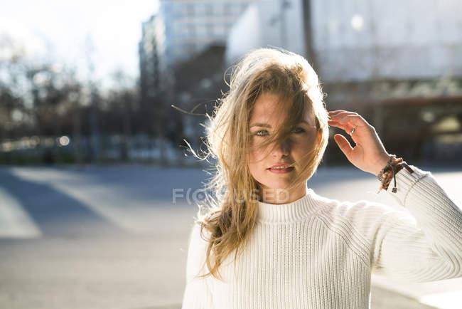 Ritratto di giovane donna con i capelli soffiati dal vento — Foto stock