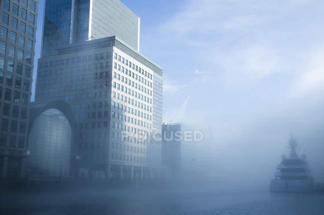 Bridge in fog, Canary Wharf, Londra, GB, Regno Unito — Foto stock