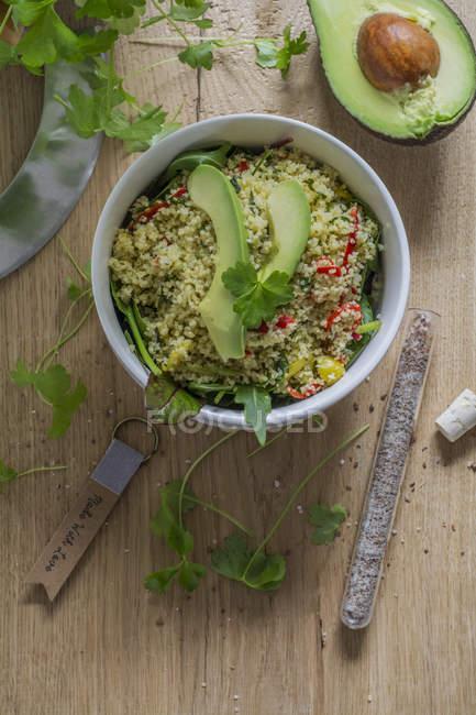 Vista superiore del couscous insalata con avocado e spinaci — Foto stock