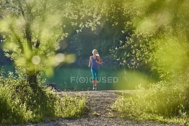 Німеччина, Баварія, молода жінка, біг на озері Walchensee — стокове фото